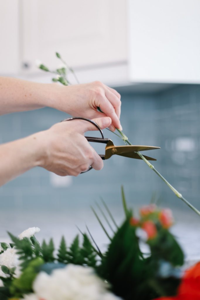 How to cut the stems of flowers properly