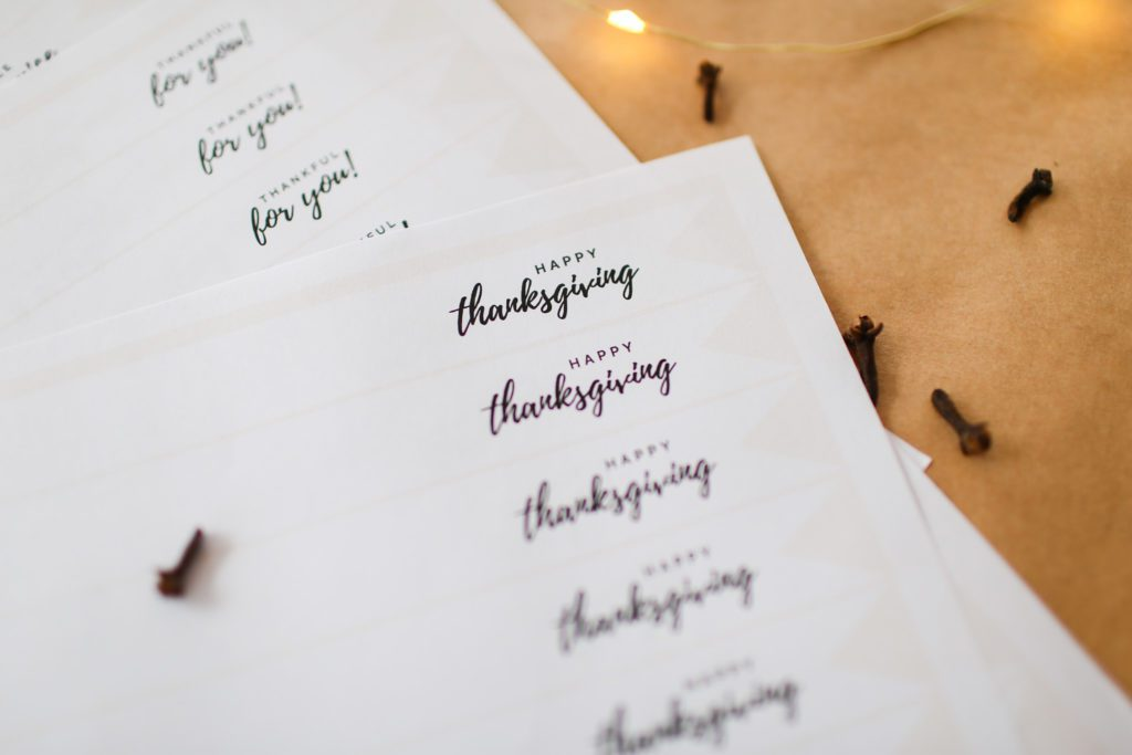 Free printable Happy Thanksgiving gift tags and place cards.
