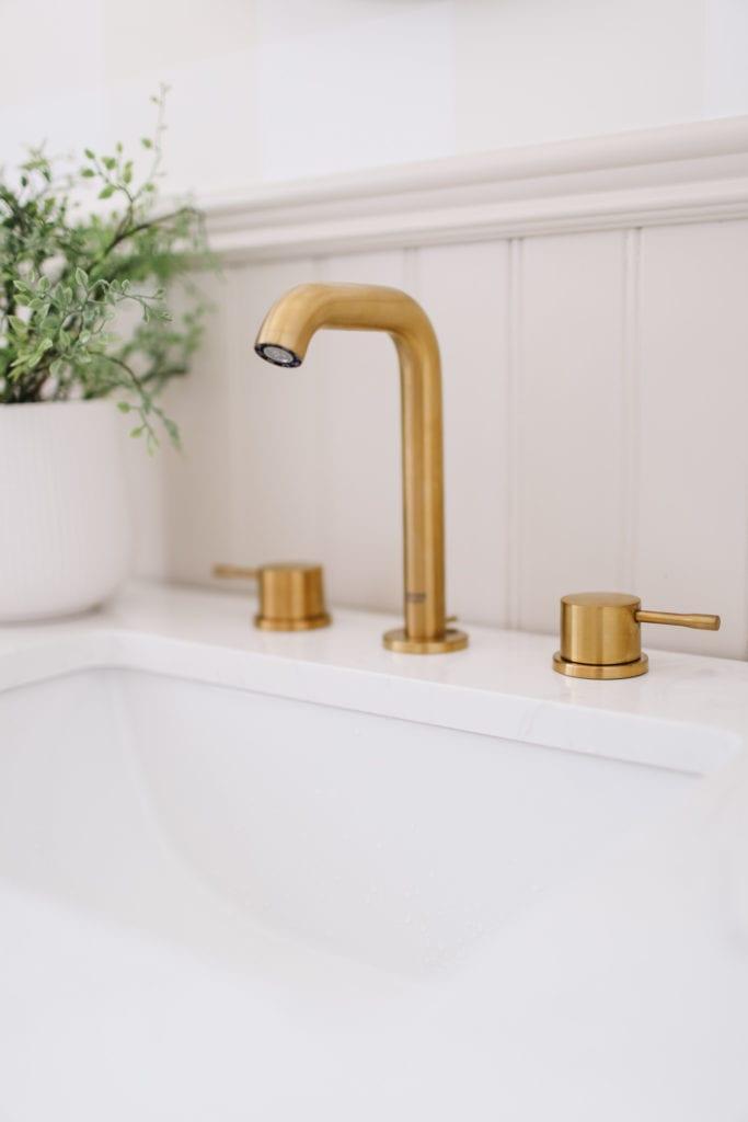 Pretty brass bathroom facuet